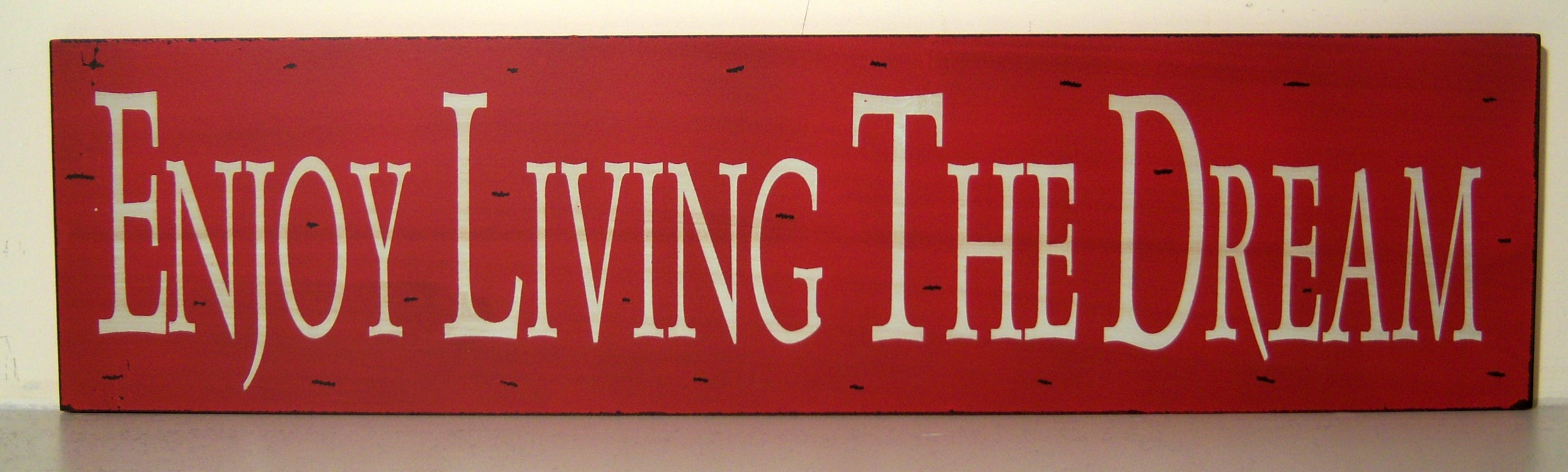 The Home Furnishings Company VINTAGE STLYE RED AND WHITE SLOGAN WOODEN WALL PLAQUE/HANGING SIGN ENJOY THE DREAM